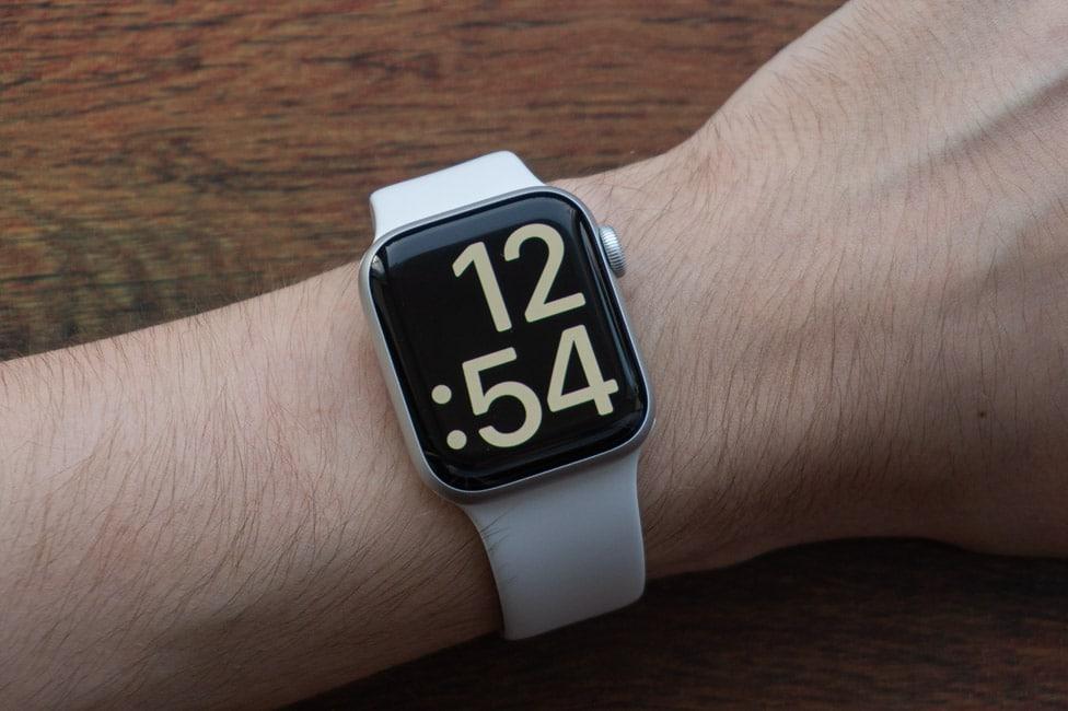 Màn hình của đồng hồ sử dụng tấm nền LTPO OLED mới có tính năng Always-On.