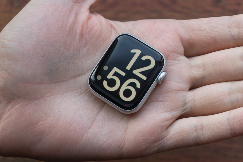 Đồng hồ Apple Watch Series 6 40mm (Red) có kích thước vừa