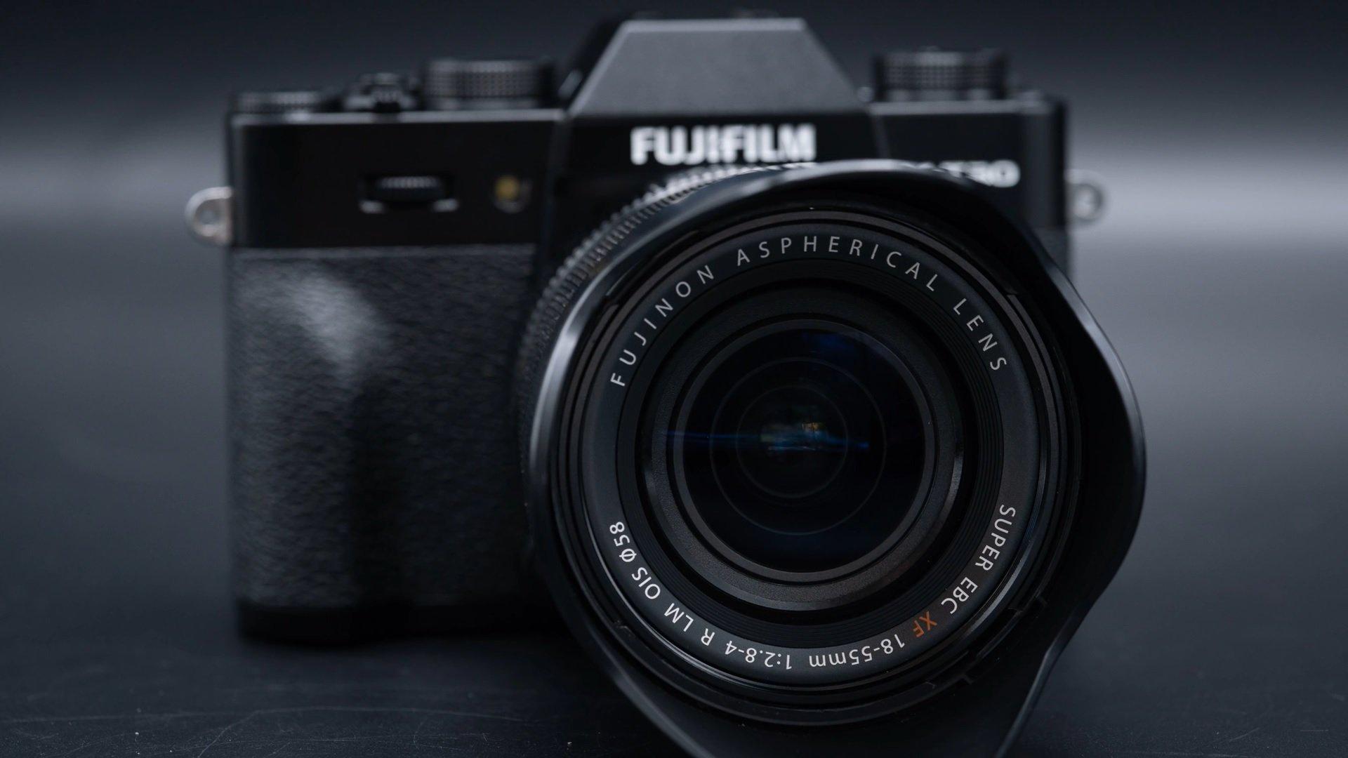 ống kính Fujinon XF 18-55mm F2.8-4 là lens phổ biến nhất hiện nay với thiết kế gọn nhẹ phù hợp với hầu hết các máy ảnh dòng X-Series.